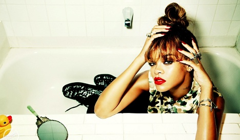 Rihanna rages at pushy French fans