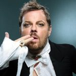 Comedian Izzard wows Paris crowd - in French