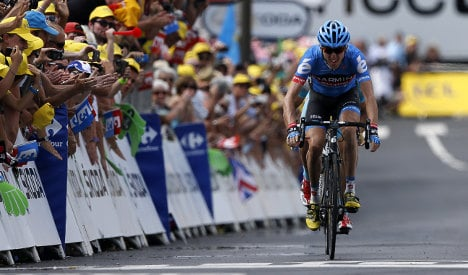 Tour de France: Froome holds on to yellow jersey