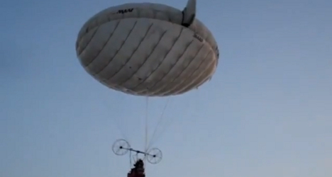French balloonists cross Channel in 'flying fish'