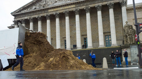 Tonnes of dung dumped at French parliament