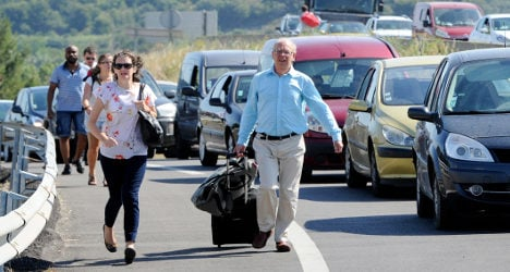 Strikes force travellers to walk to French airports