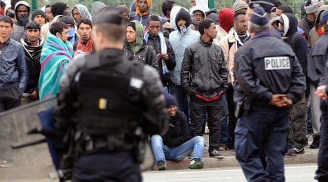 Violence erupts among migrants in Calais