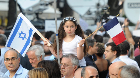 Thousands march in Paris to back Israel