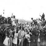 The crowd, flanked by firemen, greets the military parade, on August 26, 1944 , Place de la Concorde.Photo: AFP
