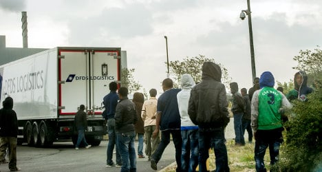 Calais migrants: A daily struggle to get to Britain