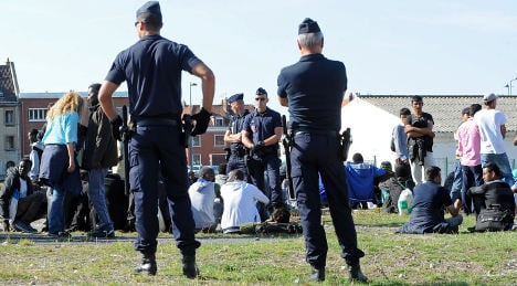 Calais: French U-turn over migrants' day centre