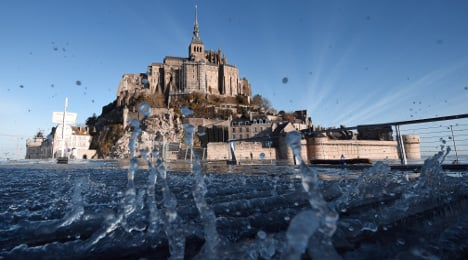 Crowds flock to French coast for 'supertides'