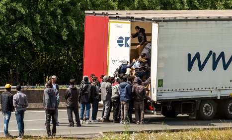 Migrants disrupt Channel Tunnel traffic in Calais