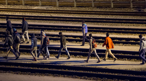 Hundreds of migrants try to storm Channel Tunnel