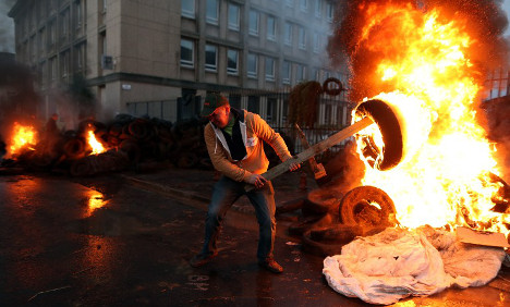 French farmers burn tyres as strikes continue