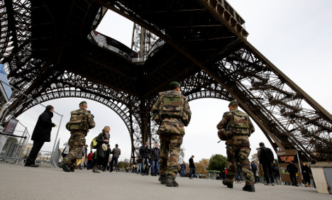 Eiffel Tower closes as staff want more security