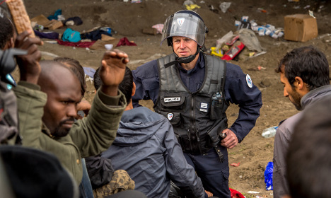Calais: Police hurt in clashes with refugees