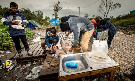Aid groups push to stop demolition of Calais jungle