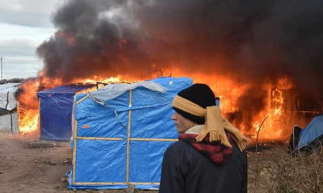 'Jungle' camp clearance to resume after night of violence