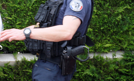 French police given right to carry guns while off duty