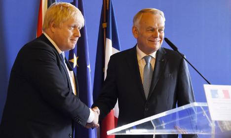 Johnson hails France in Paris (while speaking French)