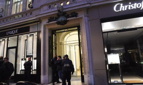 Paris thieves use tear gas to steal €500,000 of watches