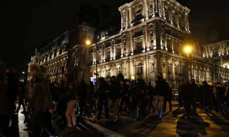 Parisians cheer on protesting French police
