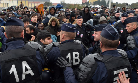 Migrants bussed out of Calais Jungle to all corners of France