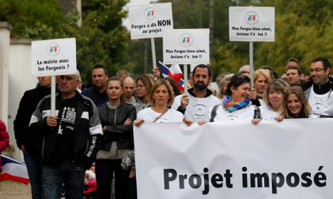 French villagers rally against migrant relocation plan