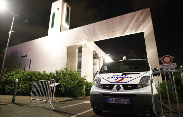 Man held after driving 4x4 into barriers protecting Paris mosque