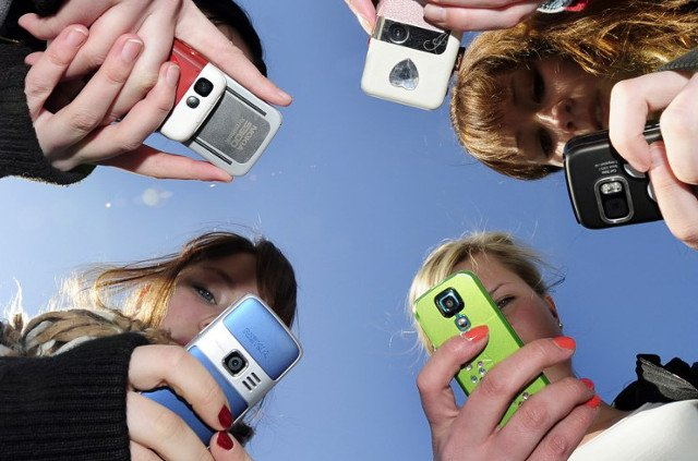 France considers banning mobile phones in schools