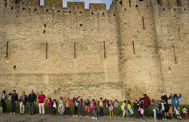 IN PICS: 2,000 people make human chain around Carcassonne