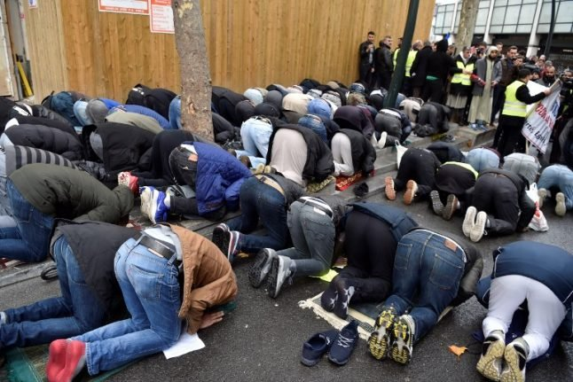French mayor leads protest to stop Muslim worshippers praying in street
