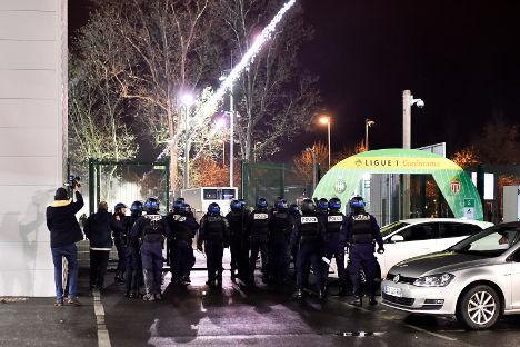 Four police hurt in clashes with Saint-Etienne ultras