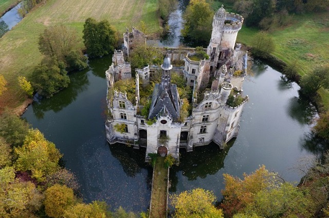 6,500 strangers club together to save crumbling French castle