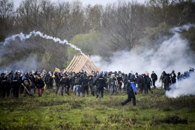 Fresh clashes as anti-capitalists attempt to rebuild French protest camp