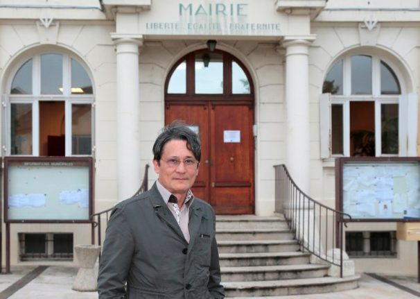 Drunk, sabre-wielding French mayor arrested after confronting travellers