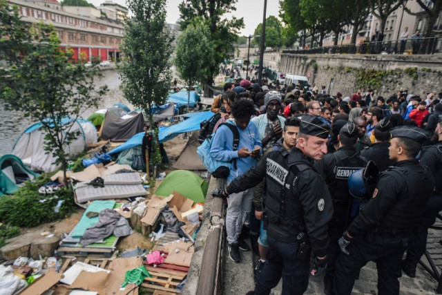 Paris: French police evacuate 1,200 migrants from last camps