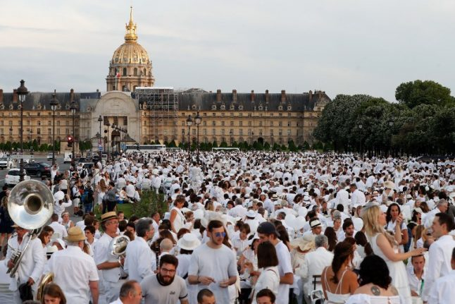 In Pictures: 17,000 turn out for the poshest picnic in Paris