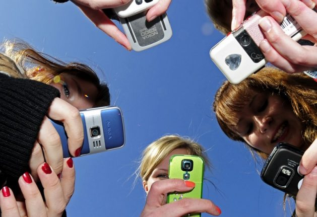 France closes in on mobile phone ban in schools from September