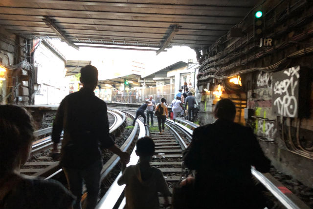 Power cut leaves hundreds stranded in sweltering Paris Metro trains