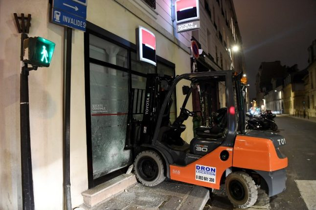 VIDEO: Protesters attack French ministry with forklift truck
