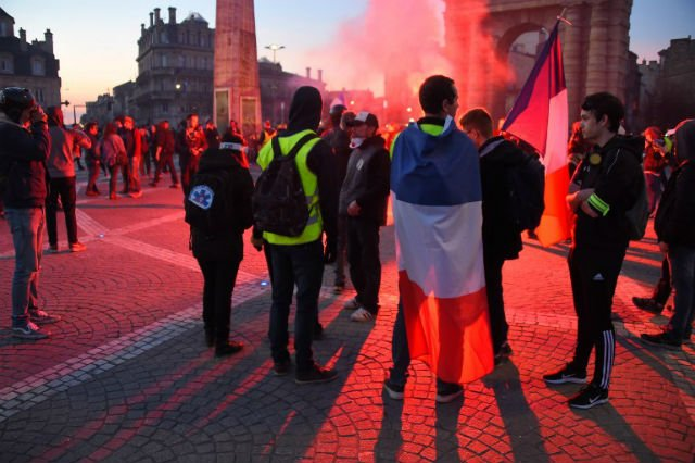 Thousands mark 14th weekend of France's 'yellow vest' protests