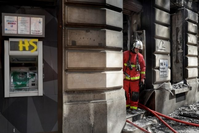 French banks call for end to 'yellow vest' violence