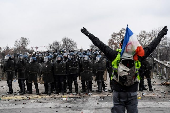 France told it cannot ban people from 'yellow vest' demonstrations