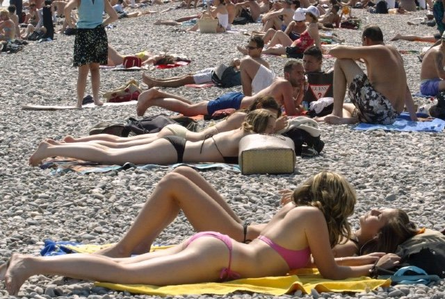 Why French women are abandoning topless sunbathing