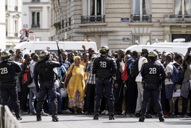 Hundreds of migrants 'occupy Pantheon in Paris'