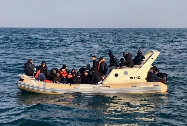 French crew rescue 22 migrants as they try to cross to Britain