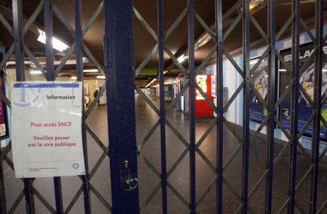 Yellow vest protests: Police extend Paris Metro closures to Sunday