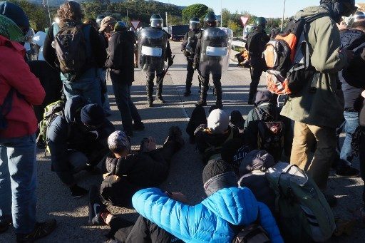 UPDATED: Police break up separatist protest on Spain-France route