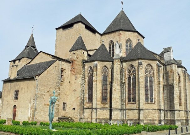 Ramraiders 'strap tree trunk to car' to smash their way into French cathedral