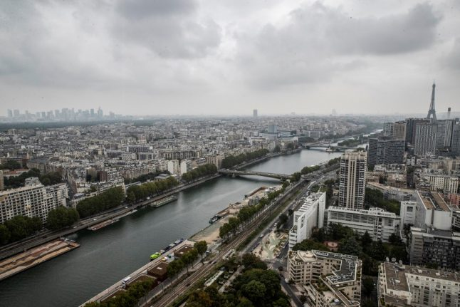 Police shoot knife-wielding man in Paris business district