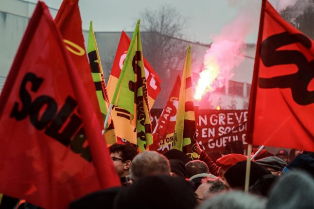 Strikes in France: Unions and ministers set for crunch talks as transport disruption continues