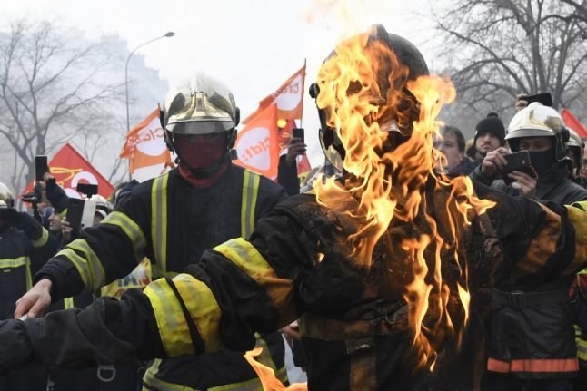 VIDEO: Why are French firefighters and riot police in violent fistfights?